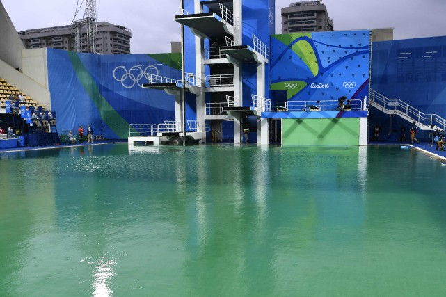 L'eau du bassin olympique de plongeon a tourné... (Photo Christophe Simon, AFP)