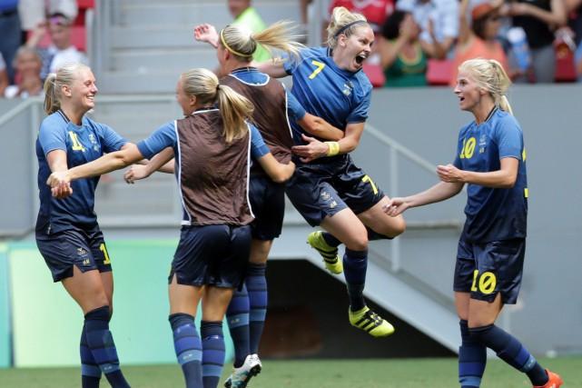 Les joueuses de la Suède célèbrent après le... (Photo Eraldo Peres, AP)