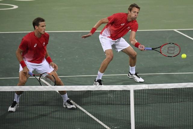 Vasek Pospisil et Daniel Nestor... (Photo Toby Melville, REUTERS)