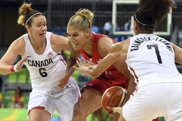 L'AméricaineElena Delle Donne se faufile entre les CanadiennesShona... (AFP, Mark RALSTON)