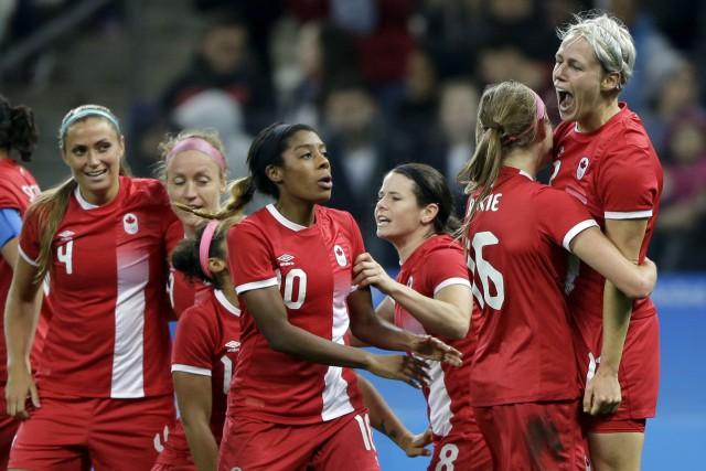 Sophie Schmidt (à droite) a permis au Canada... (AP, Nelson Antoine)