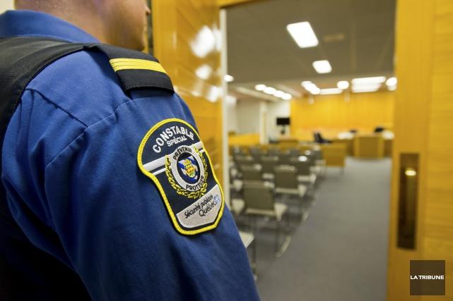 Les constables spéciaux présents dans la salle d'audience... (Archives, La Tribune)