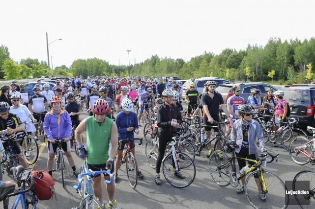 Les 200 cyclistes ont pris le départ vendredi... (Photo Le Quotidien, Gimmy Desbiens)