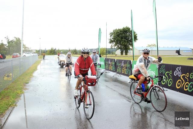 Les participants sont arrivés sous la pluie à... (Martin Brunette, LeDroit)