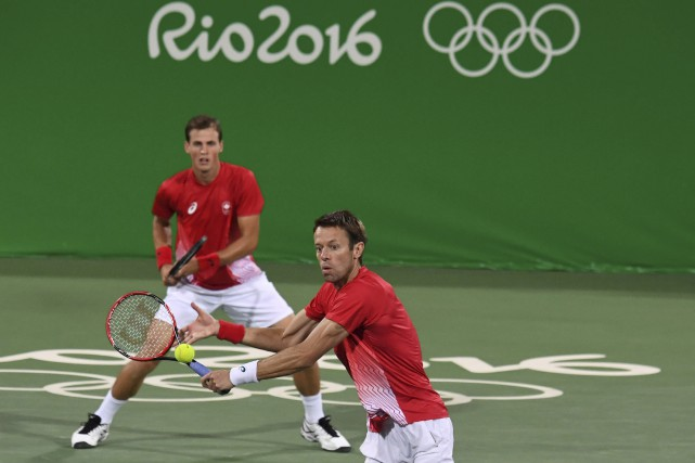 Daniel Nestor (à l'avant) et Vasek Pospisil ont... (AFP, Luis Acosta)