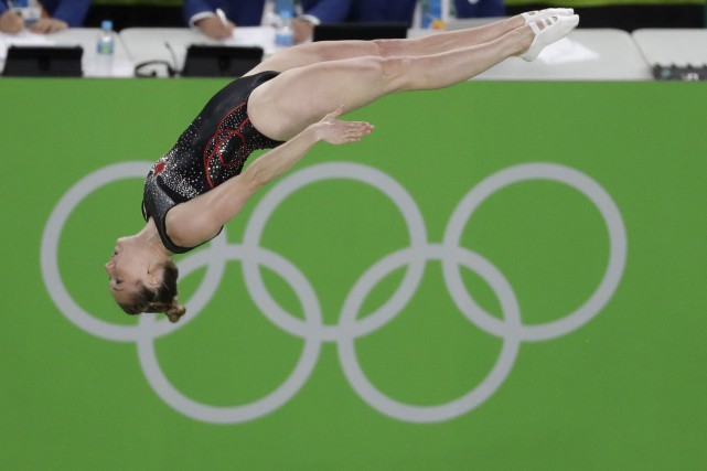 Rosie MacLennan a offert une éblouissante performance à... (AP, Rebecca Blackwell)