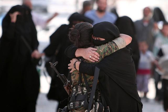 Une femme étreint une combattante des Forces démocratiques... (PHOTO RODI SAID, REUTERS)