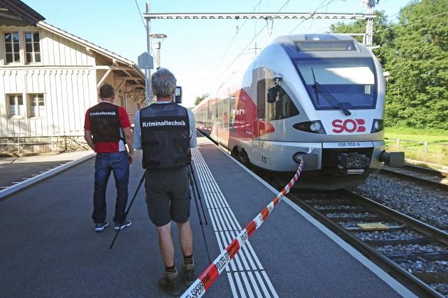 Des agents de police sont mobilisés à la... (AFP, newspictures.ch)
