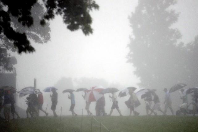 Des fans quittent le terrain de golf alors... (Archives AP)