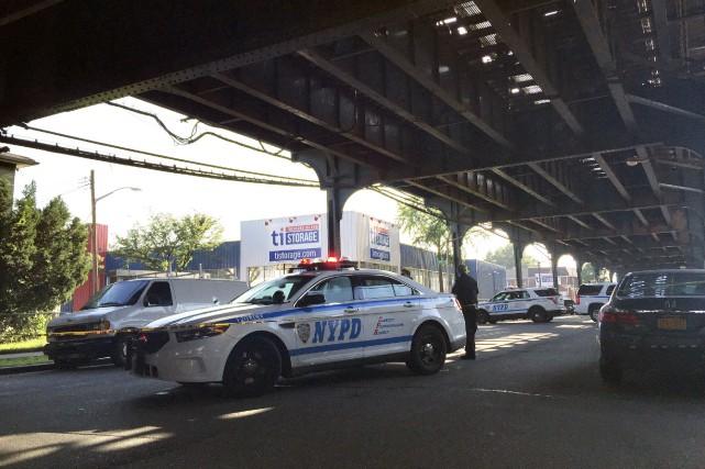 La police sécurisait samedi l'endroit où un imam... (AP, Jennifer Peltz)