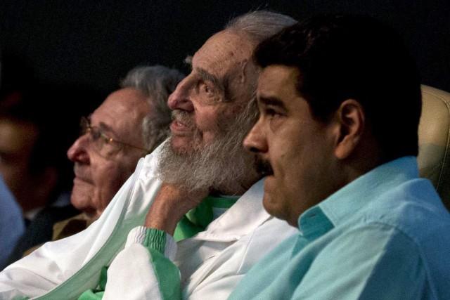 Fidel Castro, au centre.... (AP)