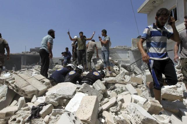 Des Syriens recherchent des survivants sous les décombres... (PHOTO AMMAR ABDULLAH, REUTERS)