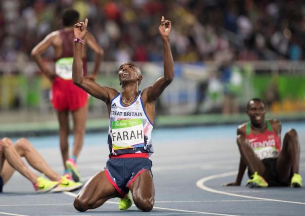 Mohamed Farah célèbre sa victoire au 10000m. Le... (PHOTO LUCAS OLENIUK, TORONTO STAR)