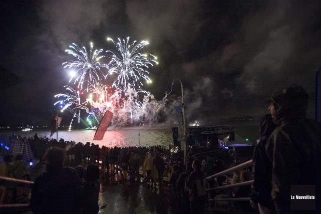 Malgré la pluie, des milliers de spectateurs ont... (Stéphane Lessard, Le Nouvelliste)