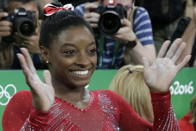 L'Américaine Simone Bilesa devancé sur le podium la... (AP, Dmitri Lovetsky)