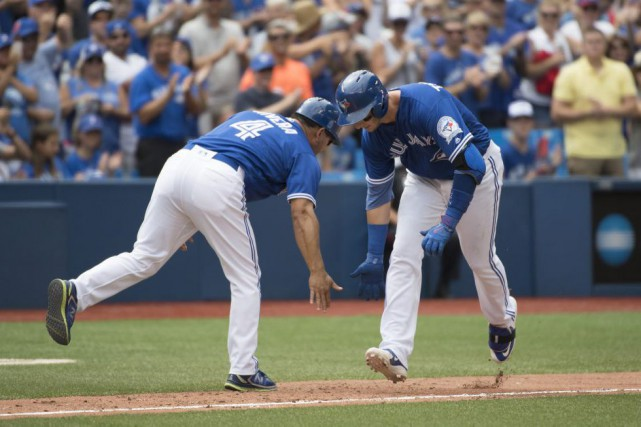 Troy Tulowitzki célèbre son circuit avec Luis Rivera... (PHOTO NICK TURCHIARO, USA TODAY)
