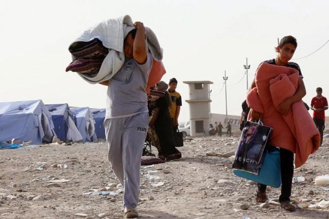 Des réfugiés irakiens arrivent dans le camp deKhazir,... (PHOTO PC)
