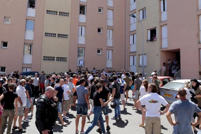 Cent policiers et gendarmes ont été envoyés sur... (PHOTO AFP)
