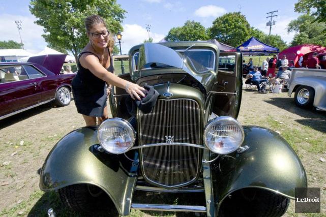 Chantal Lafleur prend bien soin de sa Ford1932,... (Martin Roy, LeDroit)