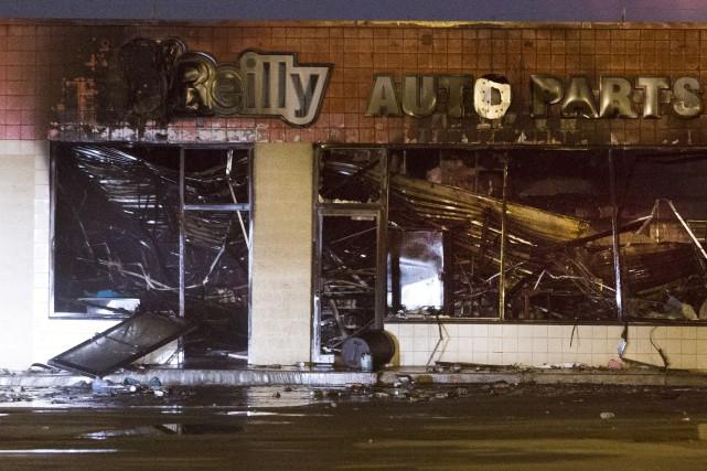 Plusieurs commerces, dont ce magasin de pièces automobiles,... (AP, Mark Hoffman)