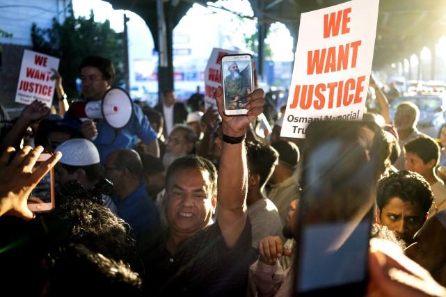 Des manifestations ont réuni plusieurs centaines de personnes... (AP, Craig Ruttle)