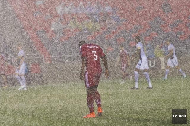 Moins de 6000 personnes ont bravé la pluie... (Le Droit, Martin Roy)