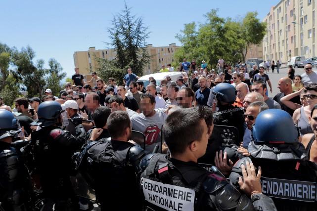 Très remontés au lendemain d'une violentebagarre générale, quelque... (PHOTO AFP)