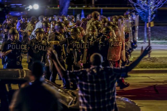 Les policiers de Milwaukee ont été déployés en... (AP, Jeffrey Phelps)