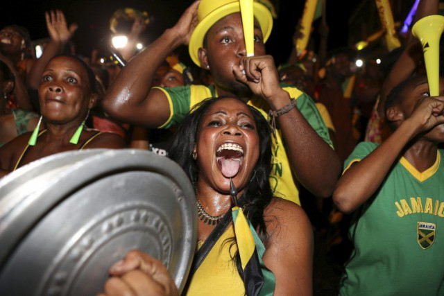 Des fans d'Usain Bolt étaient rassemblés à Kingston,... (PHOTO GILBERT BELLAMY, REUTERS)