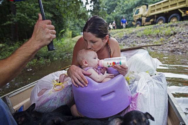 Danielle Blount embrasse son bébé de trois mois... (AP, Max Bechener)