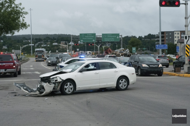 Une collision au coin du boulevard Saint-Paul et... (Photo Le Quotidien, Michel Tremblay)