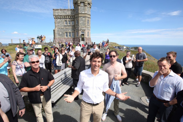 En tournée dans les provinces de l'Atlantique, Justin... (Photo tirée du compte Twitter de Mark Critch)