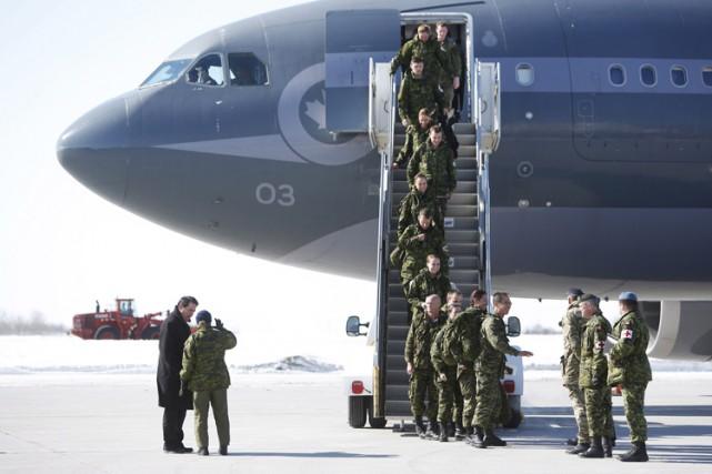 Des soldats canadiens débarquent à l'aéroport international d'Ottawa... (PHOTO PC)