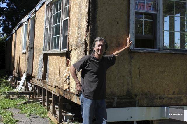Jacques Roy s'appuie sur sa propriété à quelques... (La Tribune, Yvan Provencher)