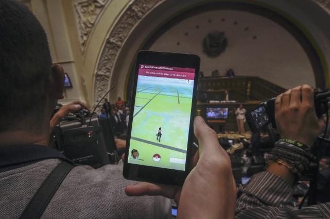 Un homme joue à Pokémon Go à l'Assemblée... (AFP, Juan Barreto)