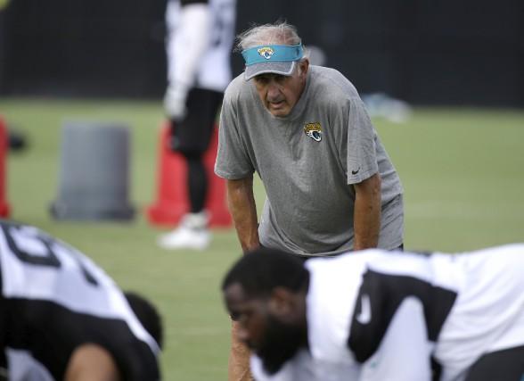 Après 50 ans comme entraîneur ou adjoint dans... (Associated Press)