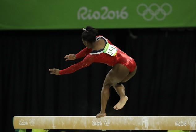 L'Américaine Simone Biles a commis une rare erreur... (AP, Rebecca Blackwell)