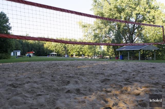 La construction des terrains de volleyball de plage... (Le Soleil, Caroline Grégoire)