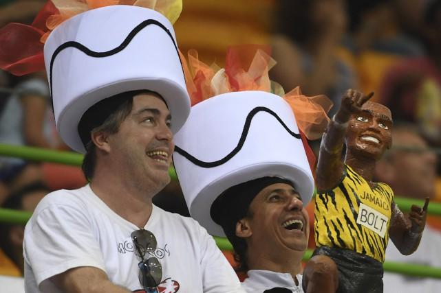 Des amateurs de handball coiffés d'originaux couvre-chefs représentant... (AFP, Roberto Schmidt)