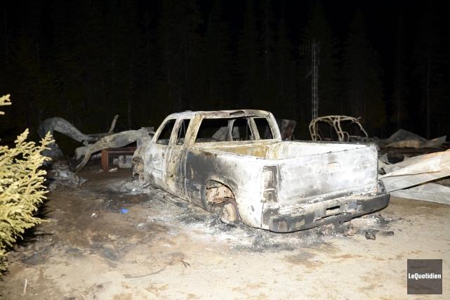 En plus du chalet, les flammes ont détruit... (Photo Le Quotidien, Jeannot Lévesque)