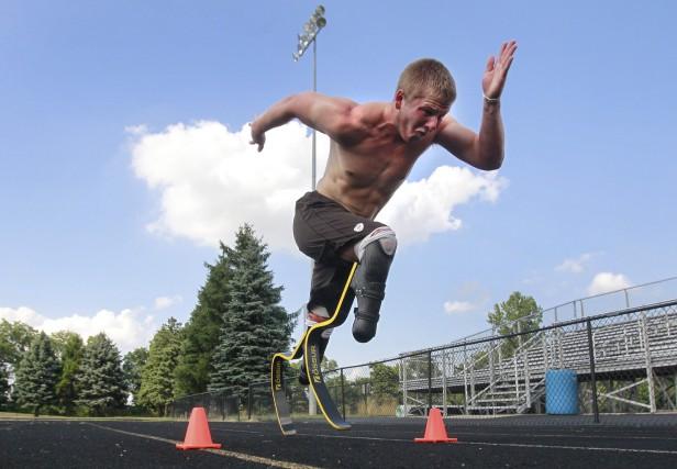 L'athlète A.J. Digby, des États-Unis, est un des... (The Blade via AP, Cameron Hart)