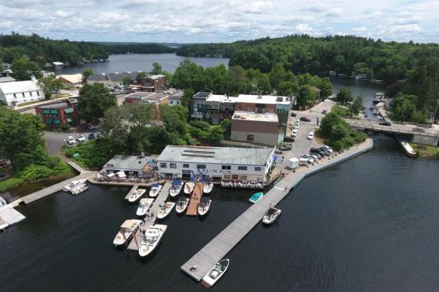 De vieux hangars à bateaux abritent les restaurants... (PHOTO FOURNIE PAR GRAND ELECTRIC MUSKOKA ET FRANKIES SURF CLUB)