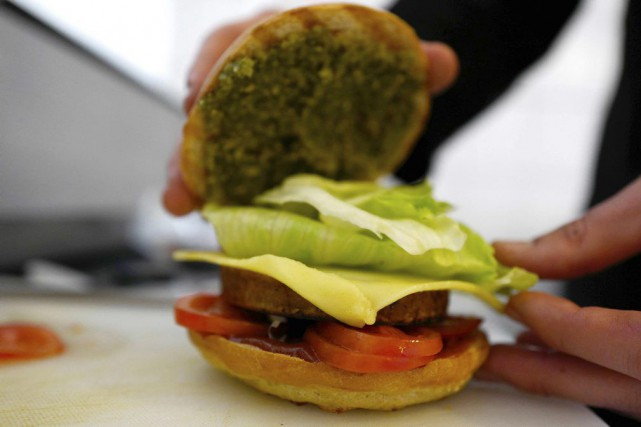 Le chef Johannes Thenerl prépare un burger vegan.... (PHOTO AFP)