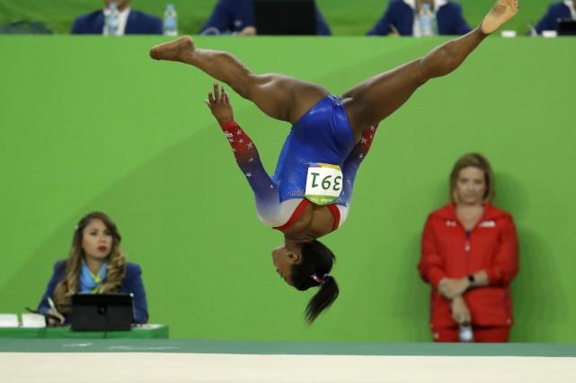 Simone Biles a gagné le concours des exercices... (AP, Dmitri Lovetsky)