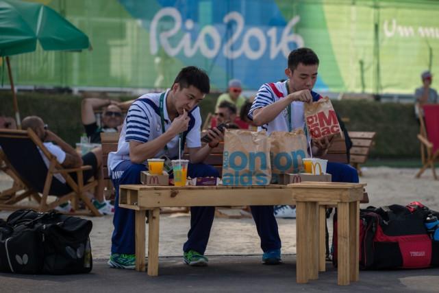 Des membres de la délégation olympique chinoise mange... (Archives Agence France-Presse)