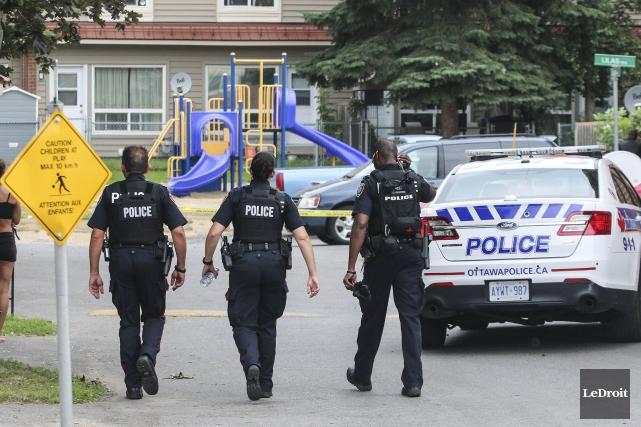 Augmenter le nombre de policiers sans investir davantage... (Patrick Woodbury, Archives LeDroit)