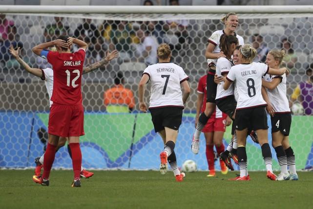 Les Allemandes célèbrent leur deuxième but, celui de... (AP, Eugenio Savio)