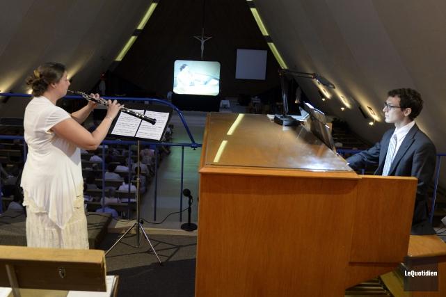 La hautboïste Annie Fortin d'Arvida et l'organiste Francis... (Photo Le Quotidien, Jeannot Lévesque)