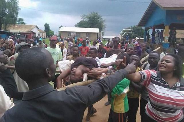 Des policiers et des militaires congolais ont réprimé mercredi à coups de gaz... (PHOTO KUDRA MALIRO, AGENCE FRANCE-PRESSE)