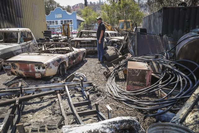 John Weidner constate les dommages à la voiture... (AFP, Gabrielle Lurie)